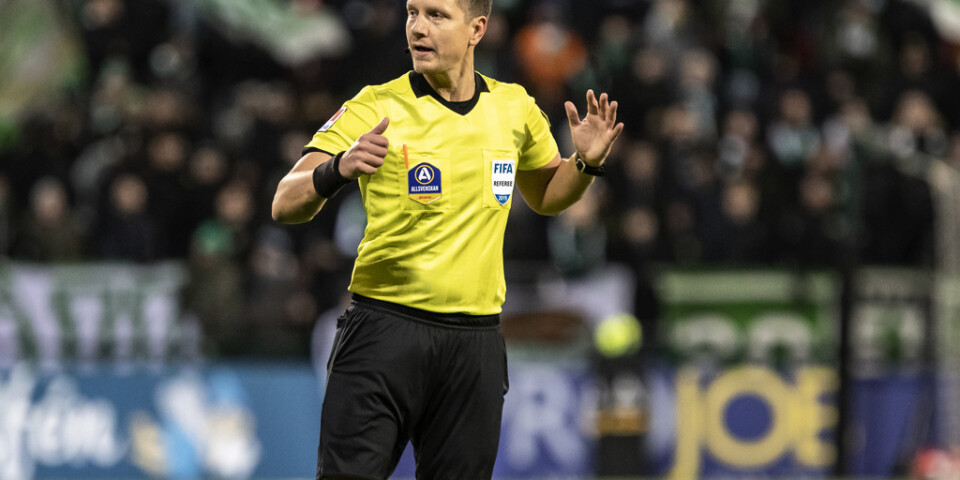 Domaren Martin Strömbergsson stängdes av resten av den allsvenska säsongen efter en rasistisk kommentar.
