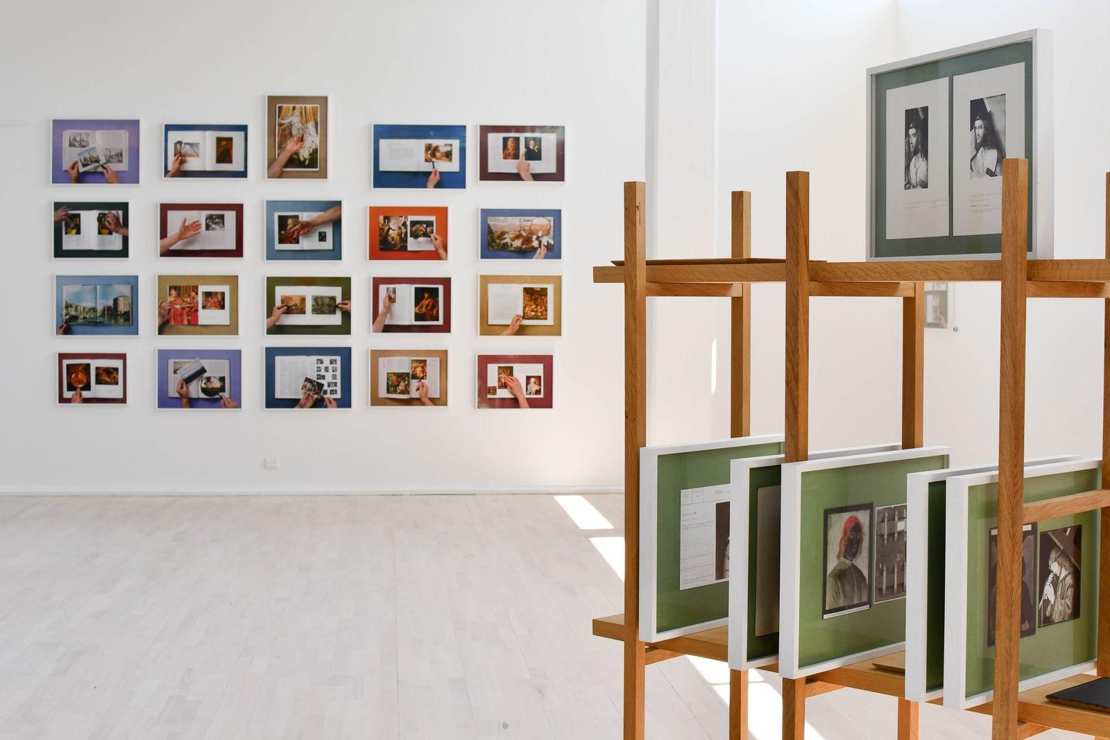 På uppslag ur böcker från bokhyllan hemma i ateljén testar Matts Leiderstam alternativa tolkningar av klassiska målningar.
