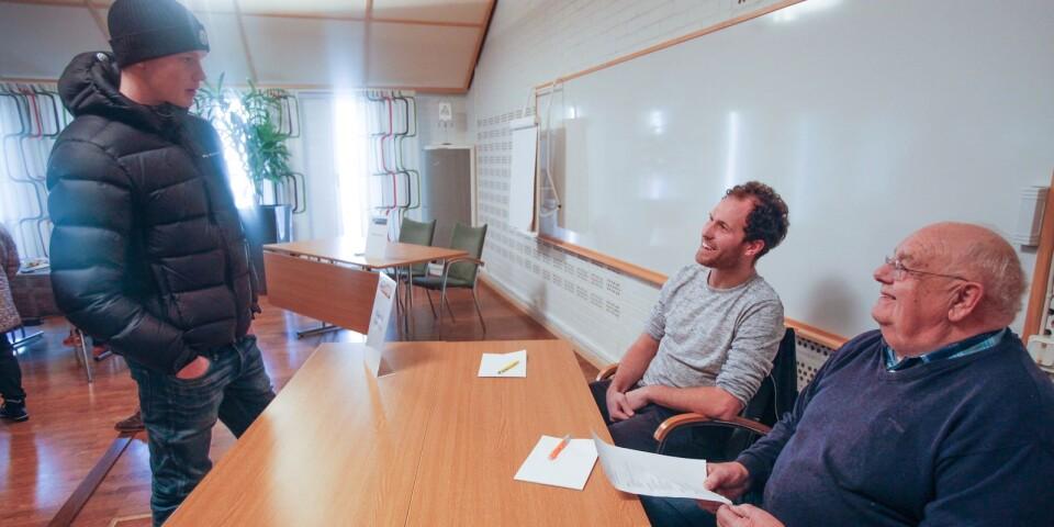 Tobias Sonesson och Alvar Nilsson på Röken by Sonesson tar emot ett CV av Oliver Brink som har tidigare erfarenhet av restaurangarbete i trakten, bland annat på Vitemölla badhotell och Hickory Bistro.