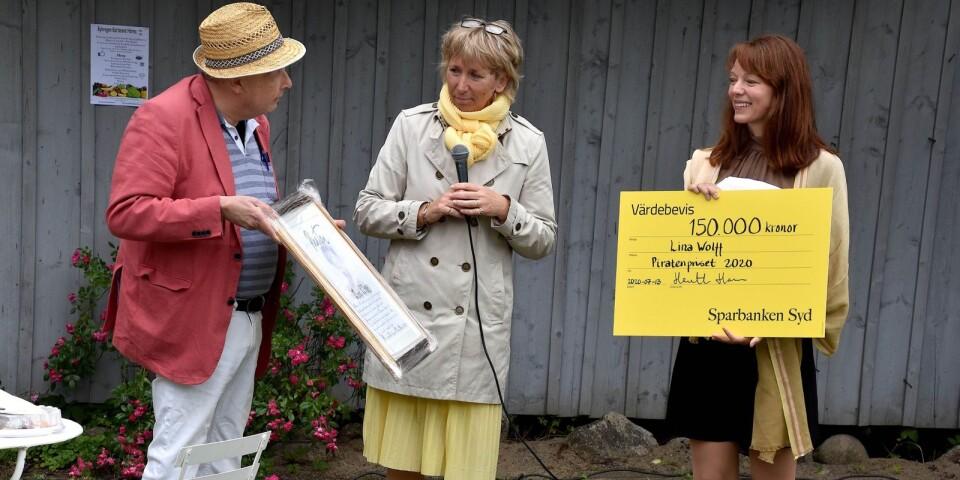 Piratensällskapets ordförande Mikael Persson och Sparbankens Syds vd Henrietta Hansson stod för överlämnandet av diplom och prischeck. 150000 kronor är en aktningsvärd prissumma, som ger en bra grund till kommande skrivprojekt.