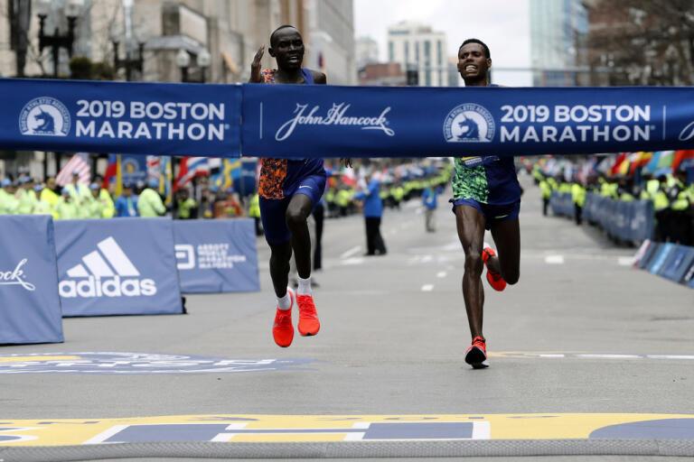 Lawrence Cherono, vänster, vinner den 123:e upplagan av Boston Marathon förra året. I år bryts den långa sviten på grund av coronaviruset.