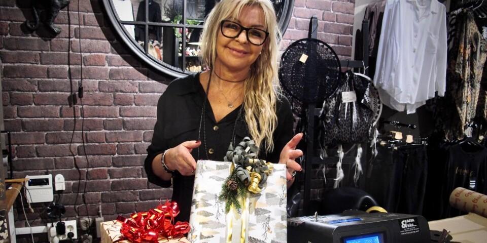 Ylva Fristedt har slagit in många julklappar under sin tid i butik.