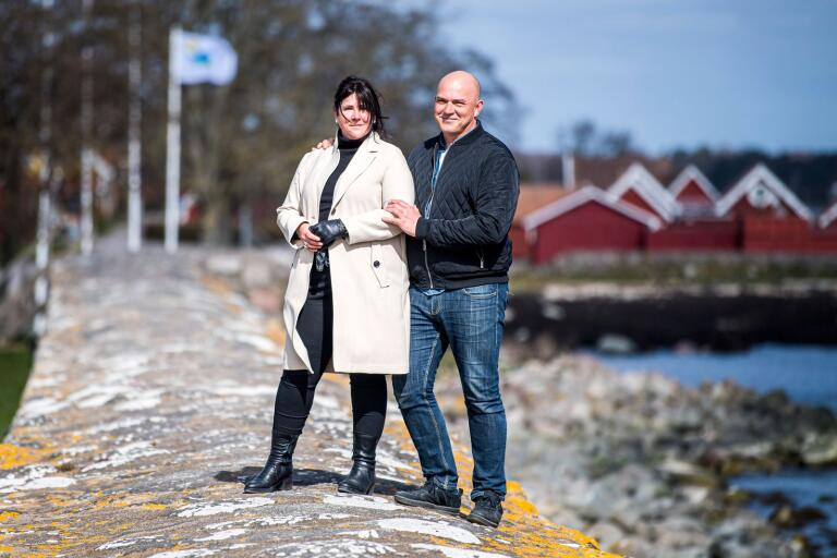 När de flyttade till sitt älskade Kristianopel var den lilla byn en slumrande idyll. Nu spirar den av handlingskraft och aktiviteter. Men caféägarna Peter och Helena Graucobs livsäventyr med smak av både sött och salt började inte där – utan i tunnelbanan i Stockholm.