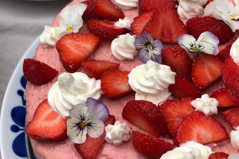Midsommarrecept: Rabarber- och jordgubbstårta