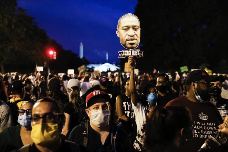 Tiotusentals demonstranter samlades på lördagen utanför Vita huset i en jättedemonstration mot rasism och polisvåld.