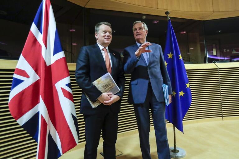 Storbritanniens brexitförhandlare David Frost tillsammans med EU:s chefsförhandlare Michel Barnier. Trots brexit är Storbritannien det land som har flest ackrediterade journalister på plats i Bryssel. Arkivfoto.