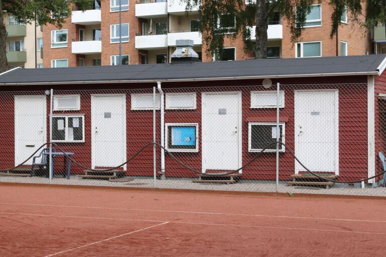 Det både ser och luktar 60–tal om omklädningsrummen vid tennisbanorna. Men inte länge till.