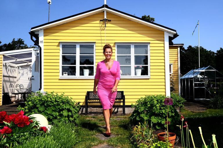 Marie Sjö älskar sin lilla kolonistuga som ligger vid Lindö i Kalmar. Växthuset är en tidig 60-årspresent som Marie vill proppa fullt med sådant som är både ätbart och vackert.