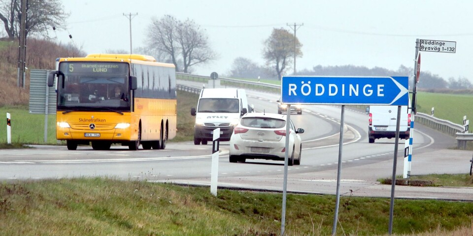 Väg 11 förbi bland annat Röddinge mellan Sjöbo och Tomelilla har fått sänkt hastighet, Från Sjöbo och österut är vägstandarden under all kritik. Samma från Ystad och österut längs väg 9, påpekar John E Persson