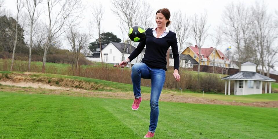Jodå, gräset duger gott till att trixa boll med. Alexandra Mann värmer upp inför proffsens ankomst i juni.