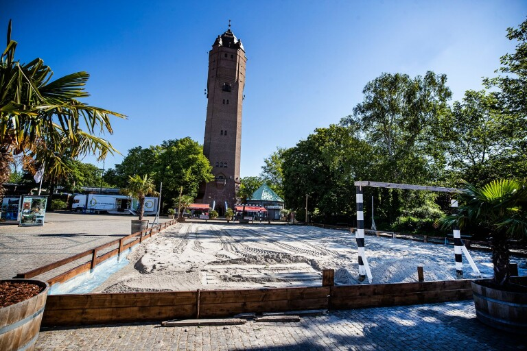 Nu byggs en sandstrand på Stortorget