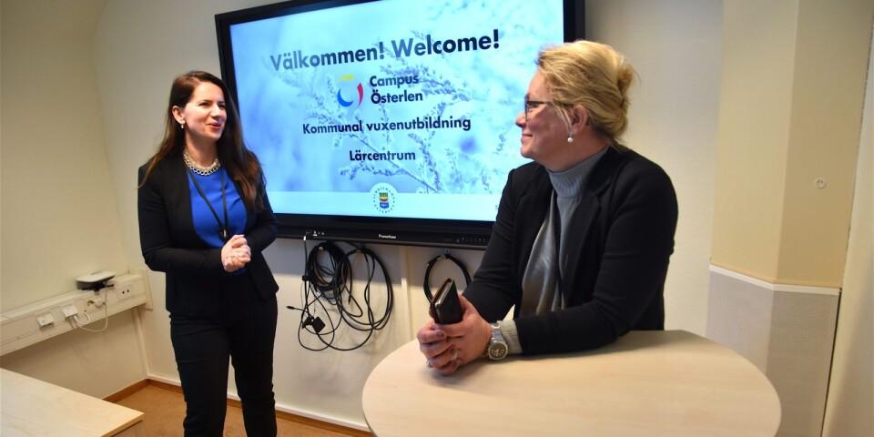 Campus Österlen blir ett nav för högre utbildning i sydöstra Skåne. Den stora landsbygdsutredningen, som gjordes för några år sedan, lyfte fram kompetensförsörjningen som en avgörande fråga för framtiden, framhåller Mirlinda Iberdemaj, utbildningsansvarig, och Marie Liljenberg, verksamhetschef, som här står i ett av de toppmoderna studierummen.