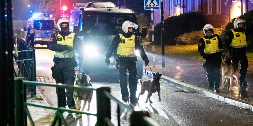Polis går in med hundar för att skingra de demonstranter som samlats på Amiralsgatan i Malmö på fredagskvällen som en reaktion på en koranbränning på Emilstorp i Rosengård. Enligt polisen har 300 personer befunnit sig på Amiralsgatan, vilket helt stoppat trafiken till och från Rosengård.
