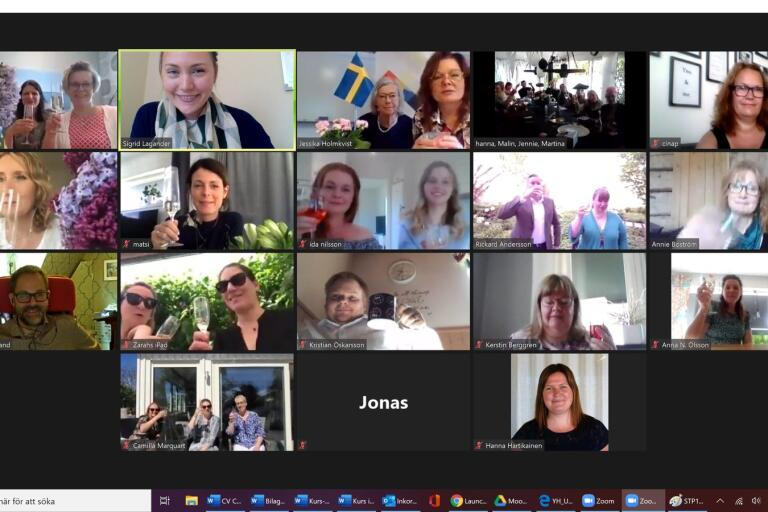 I år var Novas examen digital. På bilden skålar några av de studerande med varandra digitalt.