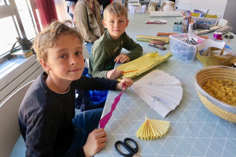 Syskonen Oscar och Viktor Östervall spenderade sin påsklovslediga tisdag på kulturhuset och bland annat i skaparverkstaden. Båda gjorde var sin medalj.