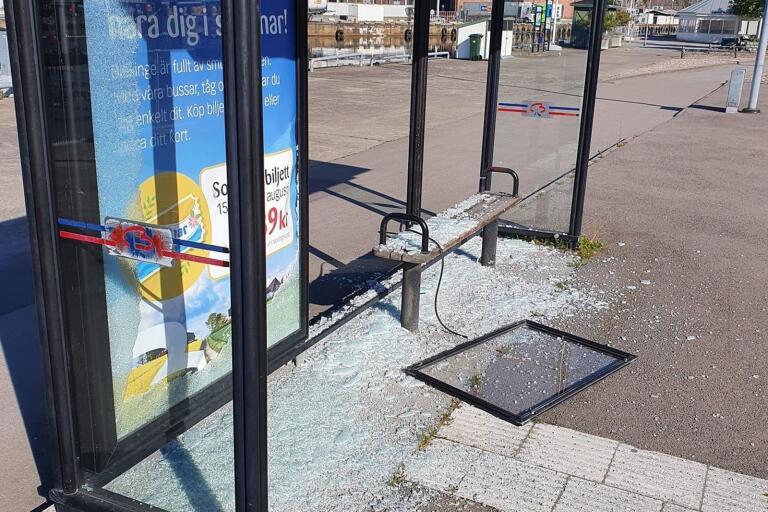 Busskuren vid glassbåten längs Ågatan är endast en i mängden som slagits sönder i veckan. Innan dess har toaletten vid tågstationen vandaliserats, liksom flera biljettautomater i Sölvesborg. Nu vill Blekingetrafiken se ett slut på tråkigheterna.