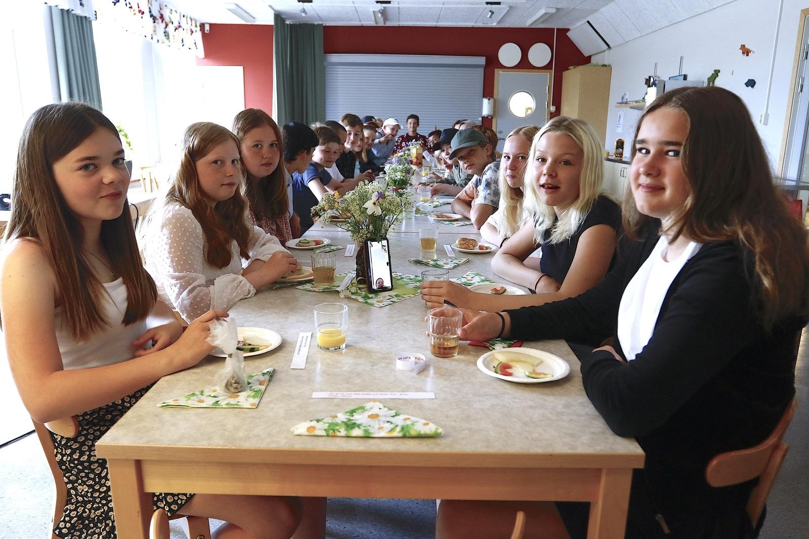 Skolavslutning på Dalstorpsskolan. Årskurs 6 hade ciderfrukost i matsalen.