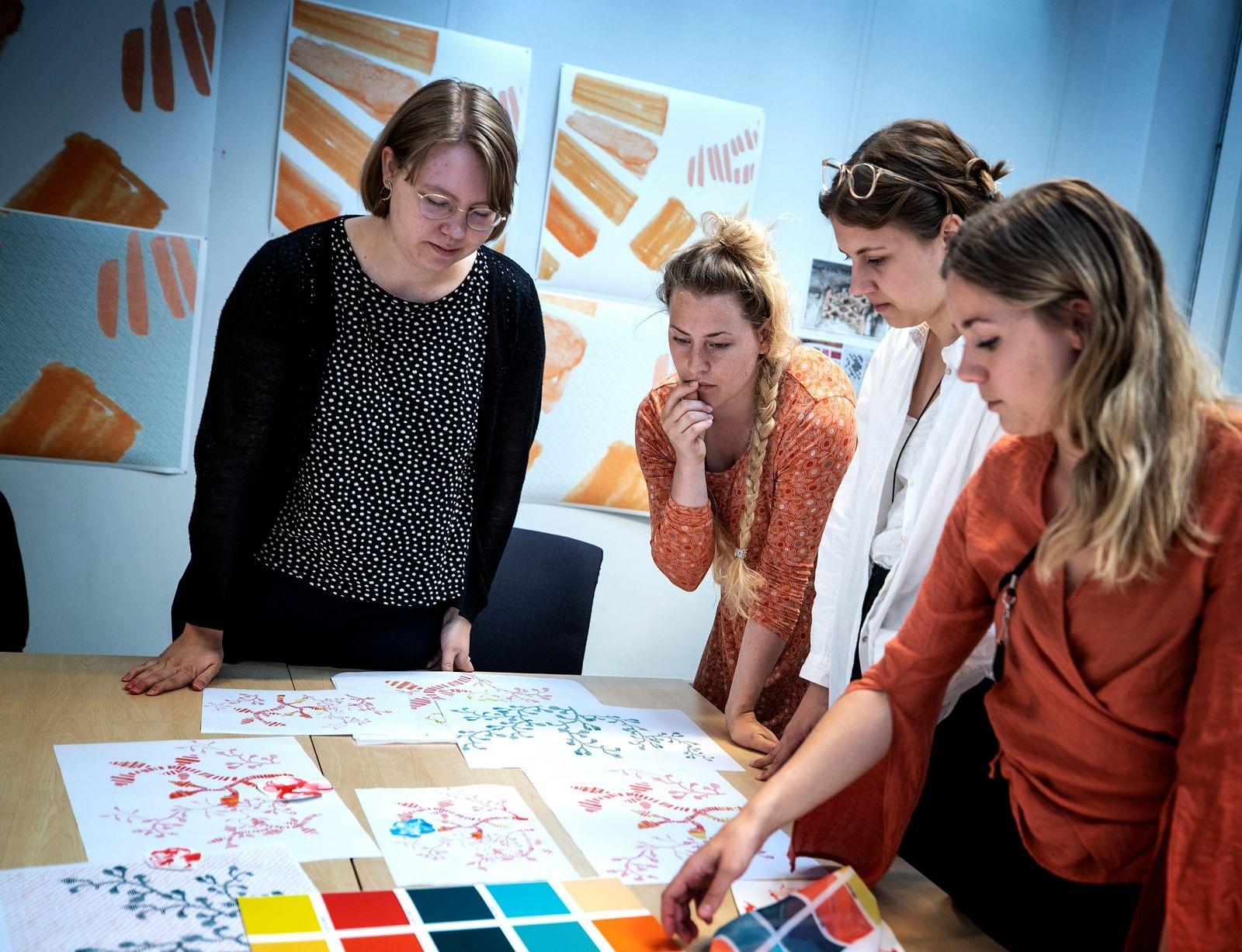 Studenter från Textilhögskolan i Borås har fått i uppdrag av Riksbyggen och AB Bostäder att ta fram en design till en textil som ska hänga i det stora glaspartiet i kontorsfastigheten Viskaholm.