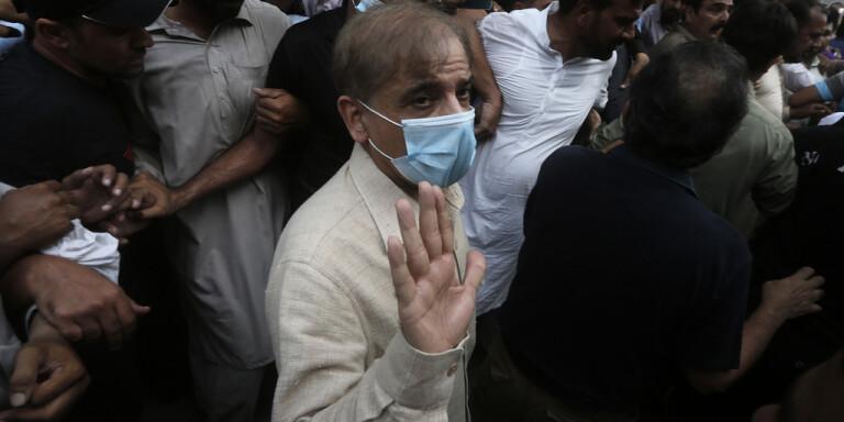 Den pakistanske oppositionspolitikern Shahbaz Sharif har gripits av korruptionsmyndigheter.