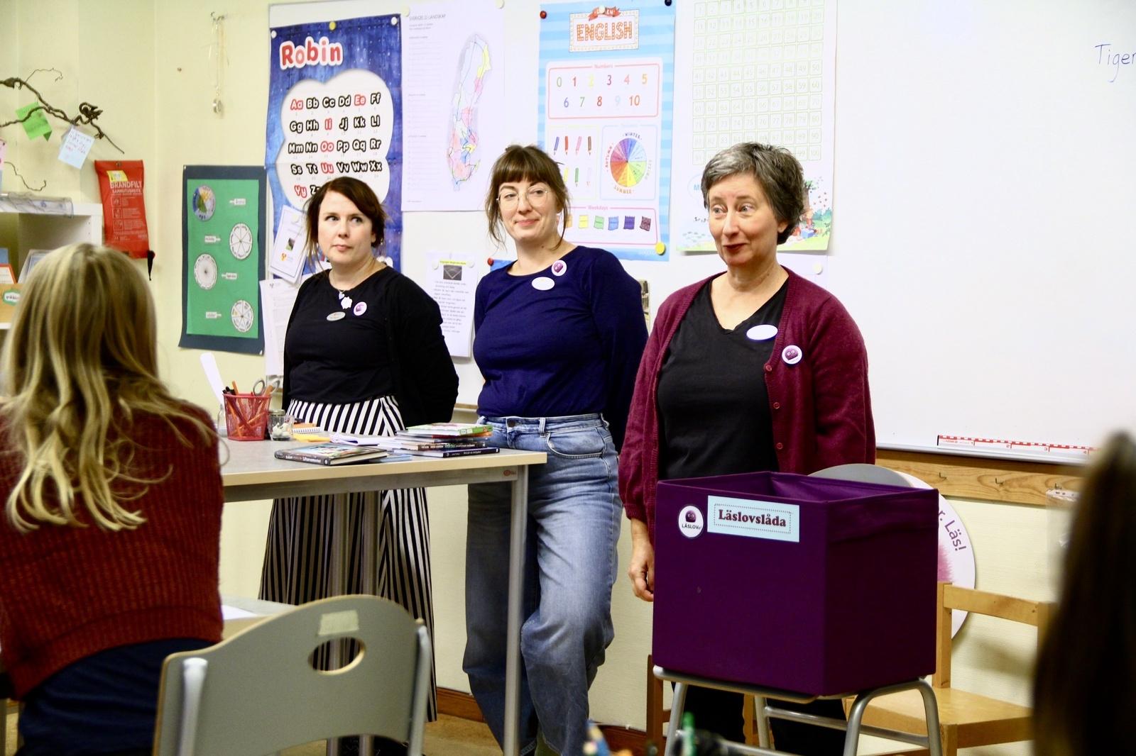 Läslovspepp. Bibliotekarierna Åsa Haglund, Sara Årestedt och Anna Meyerhöffer turnerar runt i skolorna för att tipsa om böcker att läsa inför läslovet.