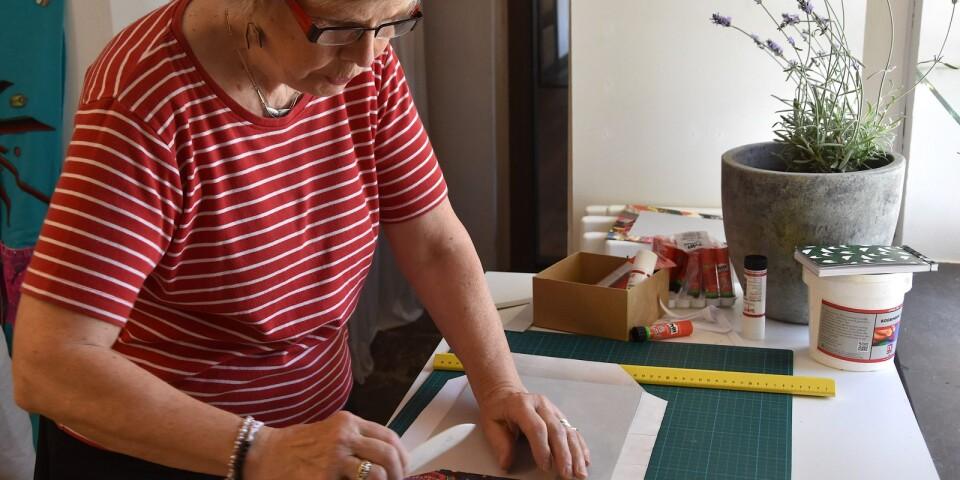 Elisabeth Dahlqvist älskar allt som har med böcker att göra och tar tillfället i akt att lära sig mer om bokbinderi på Öskg-Akademin. Med ett omslag som ser ut som ett lapptäcke blir det en riktigt vacker bok.