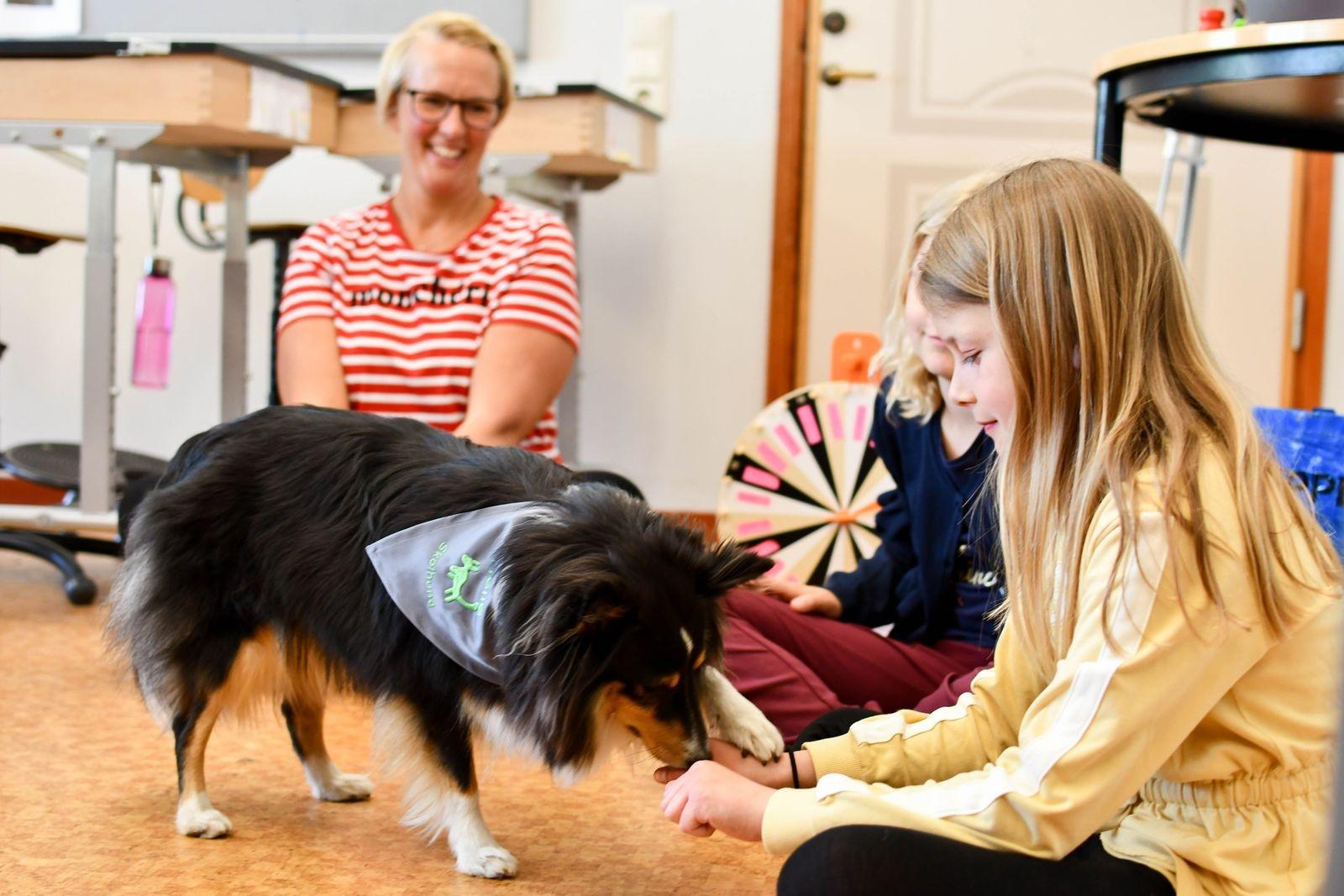 ÖMs besök till ära får Helle visa flera av tricken hon lärt sig under utbildningen till skolhund.