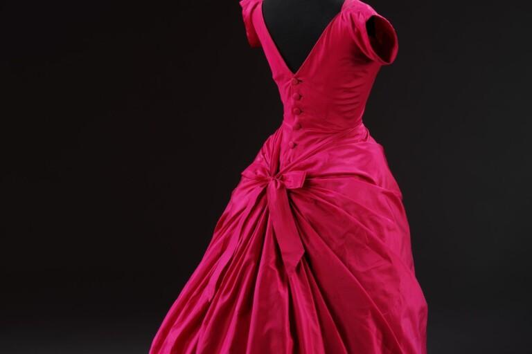 Cristóbal Balenciaga: aftonklänning i röd sidentaft, 1955.