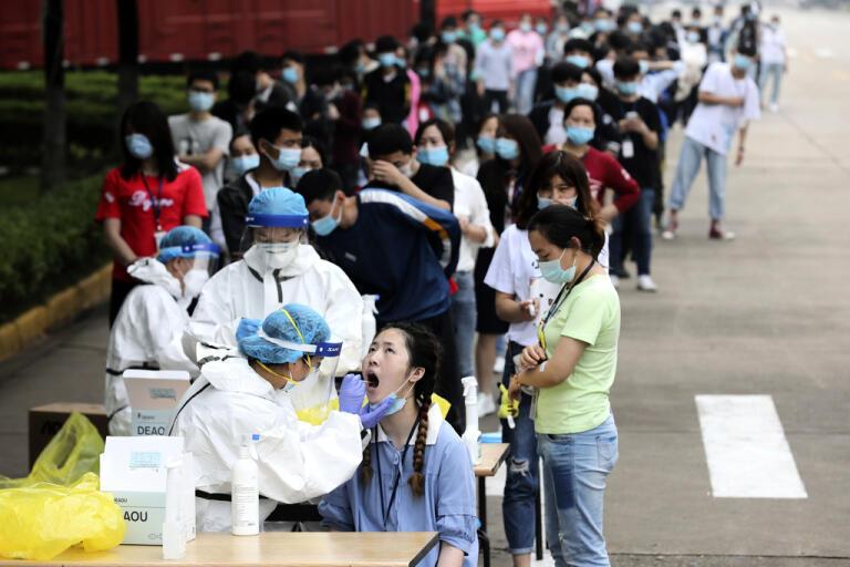 Kö vid en teststation utanför en stor fabrik i Wuhan den 15 maj.
