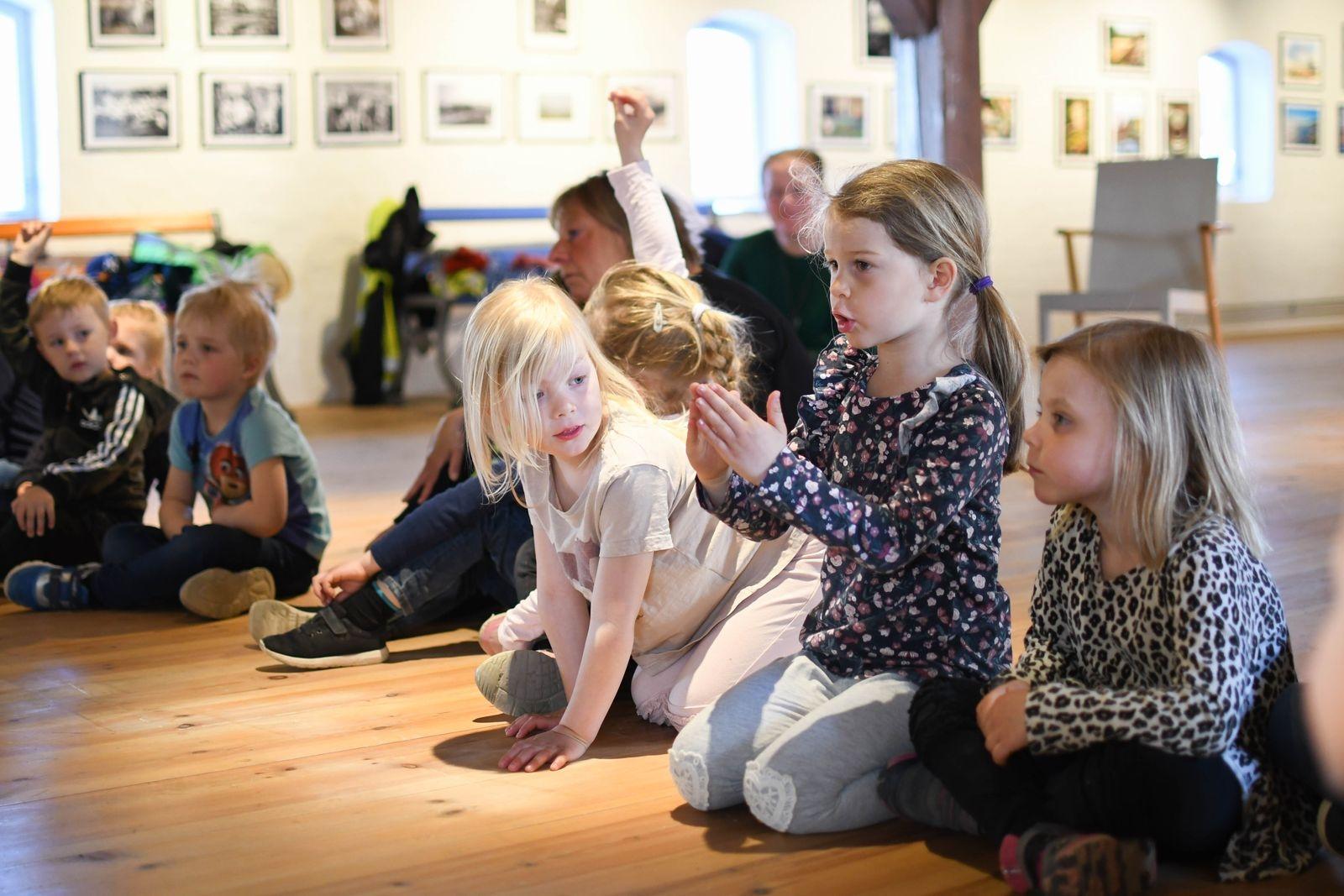 Annie Jönsson och hennes förskolekompisar berättade engagerat för museipedagog Maria Meissner Berg om hur bygget av bron har gått till.