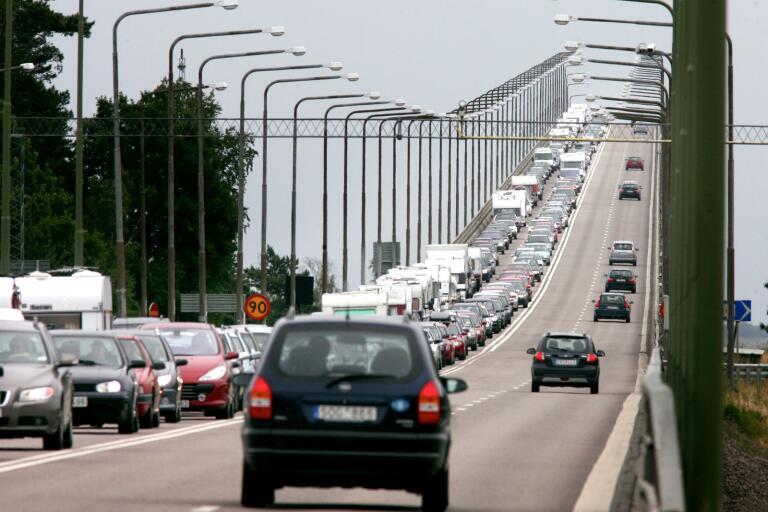 Regeringens besked om fritt resande i landet ökar sannolikt trafiken på Ölandsbron. Frågan är om det också ökar smittspridningen?