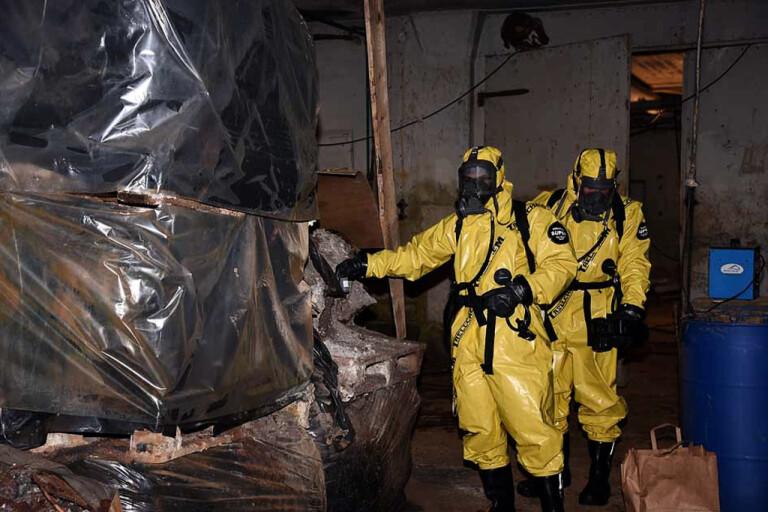 Experter från Nationellt forensiskt centrum kallades in och arbetade i flera dagar på platsen för att kartlägga och ta hand om allt farligt avfall. Fastigheten har rivits och marken sanerats (bild ur polisens förundersökning).
