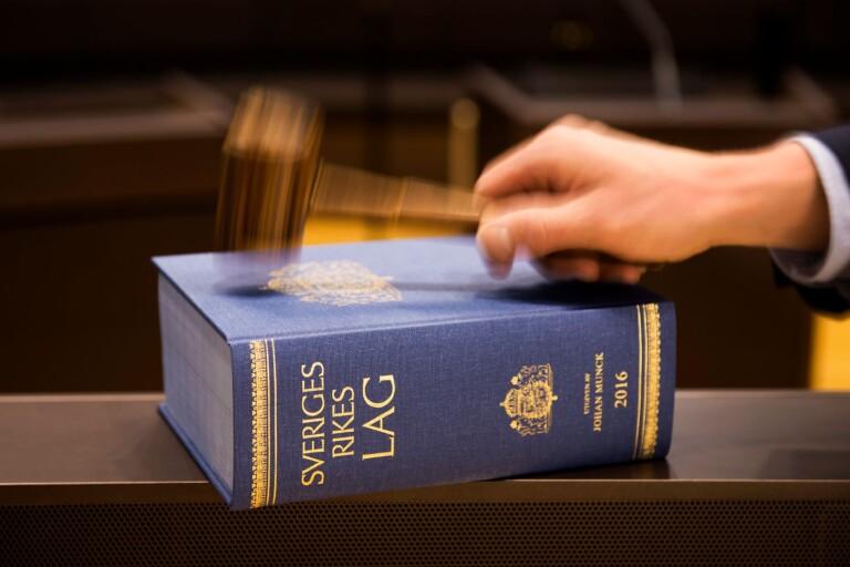 Mannen som efter dom i Ystads tingsrätt vårdats inom rättspsykiatrin har rätt till en lägenhet slår förvaltningsrätten fast.