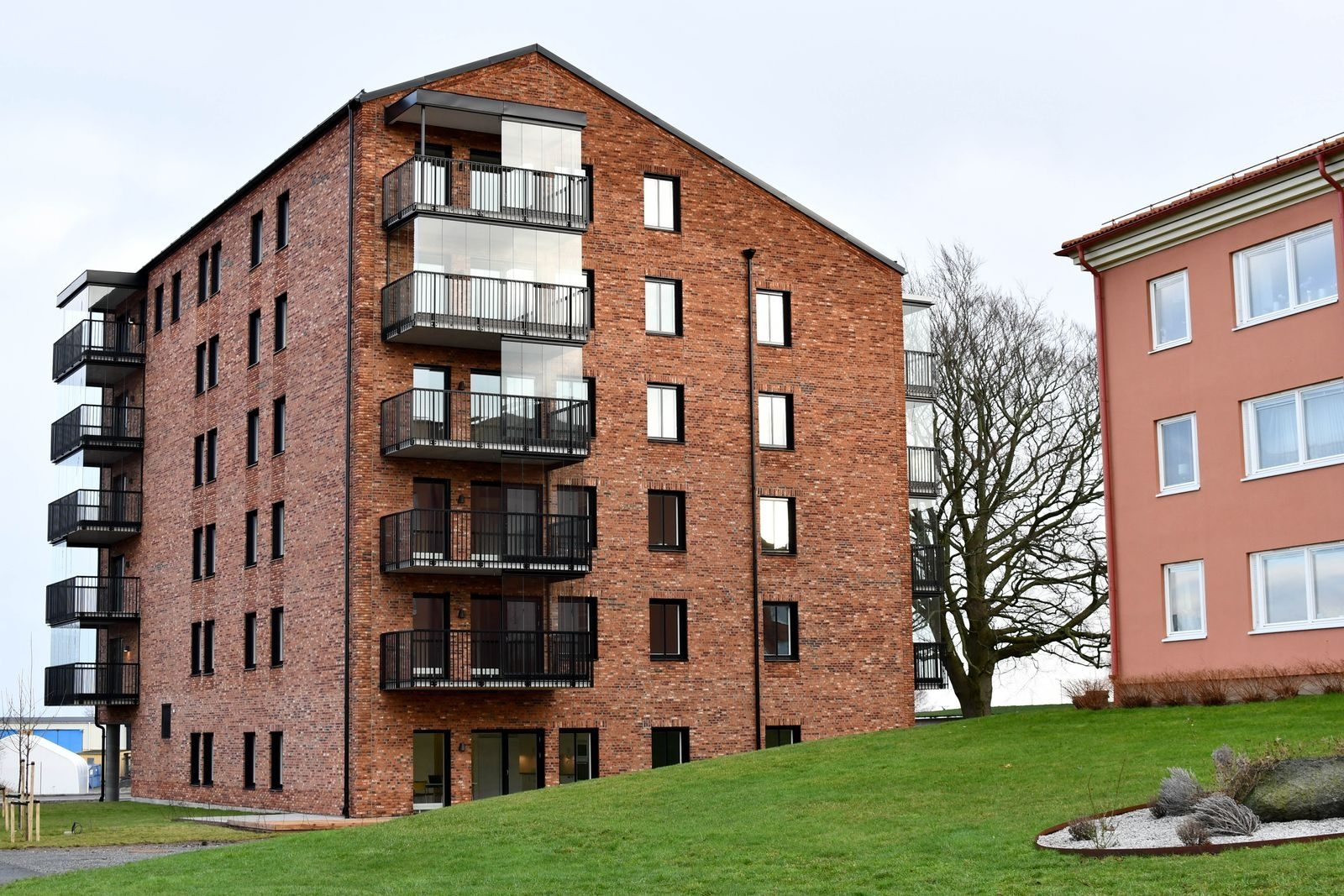 Byggstarten för Stora magasinet på Skansenområdet i Simrishamn gick i december 2019. I början av veckan fick ägarna tillträde till sina nya lägenheter.