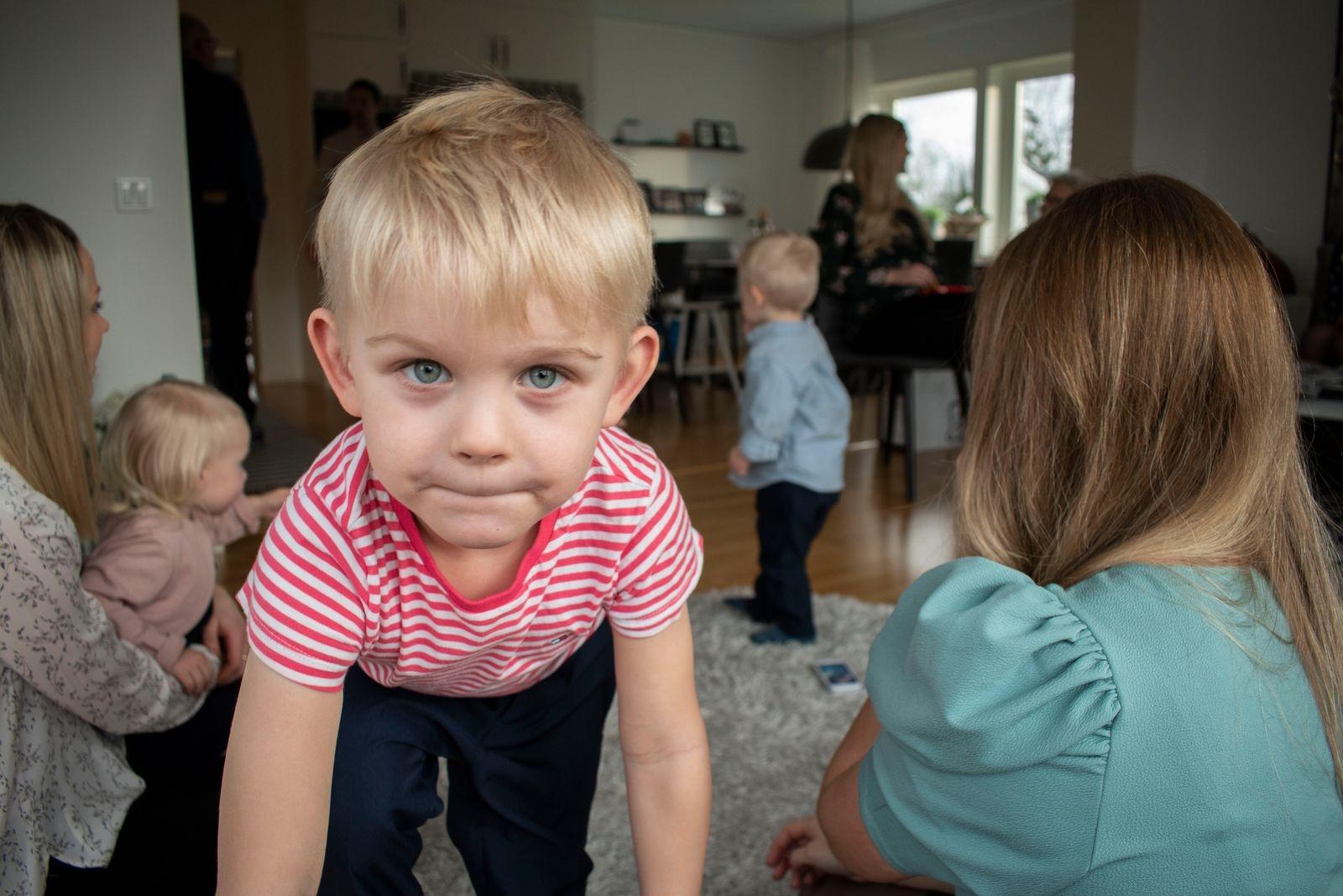 Gustens storebror Sixten är 5 år och har lärt småkusinerna allt han kan.