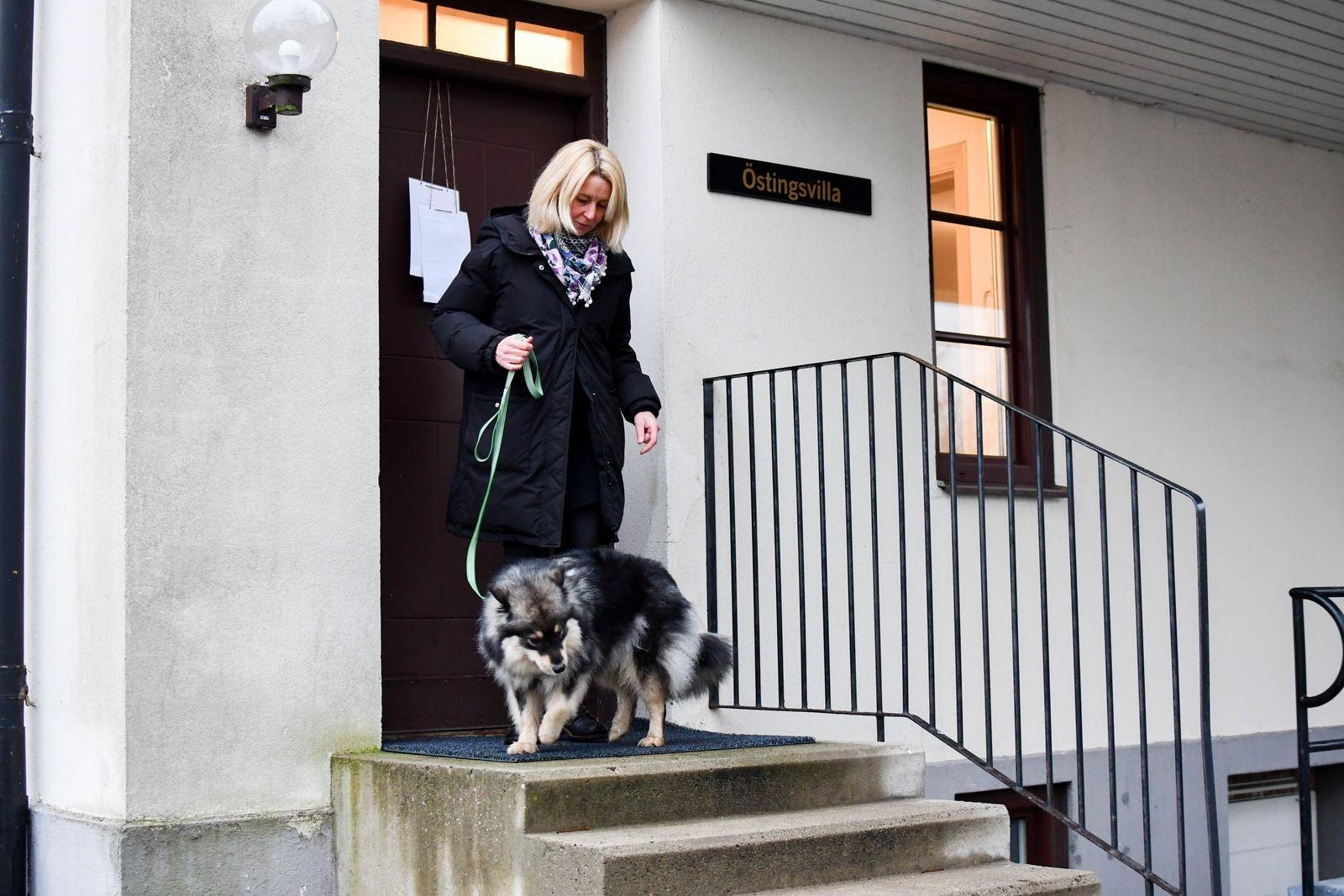 De dagar Eila är med Helena på jobbet arbetar de från kontoret i Östingsvilla, med egen ingång och lapp på dörren som tydligt talar om att här finns en hund.