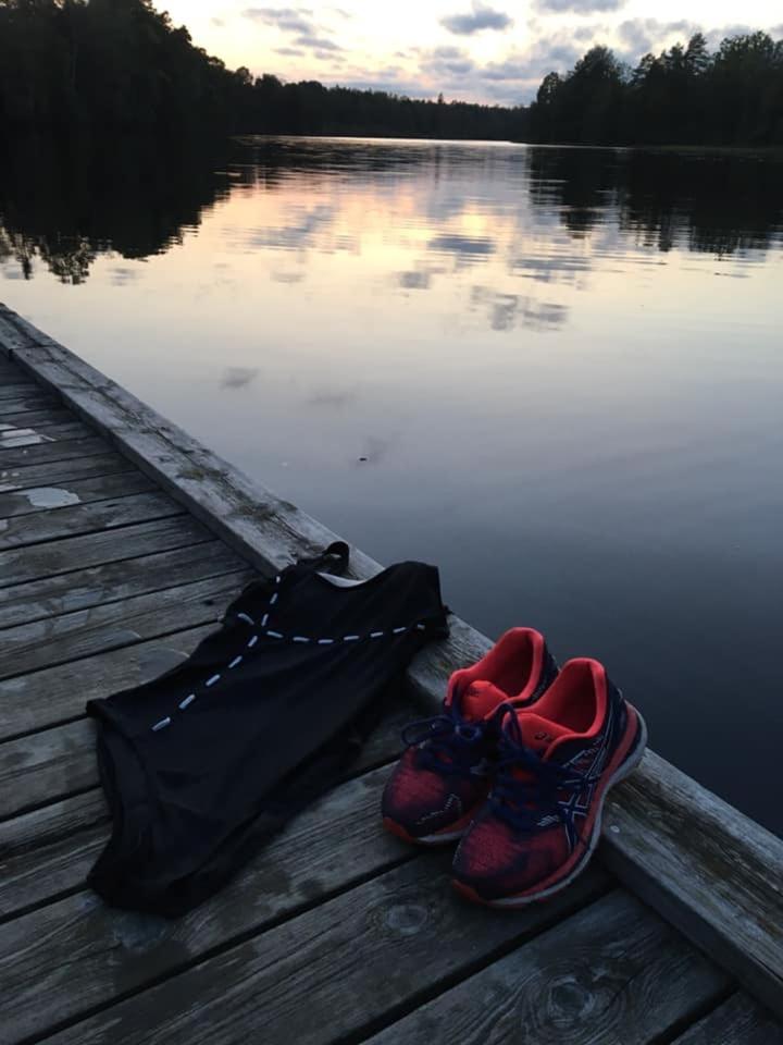 14 grader i vattnet och dopp i Bråhultesjön väntade efter Ann-Charlotte Torstenssons träningspass.