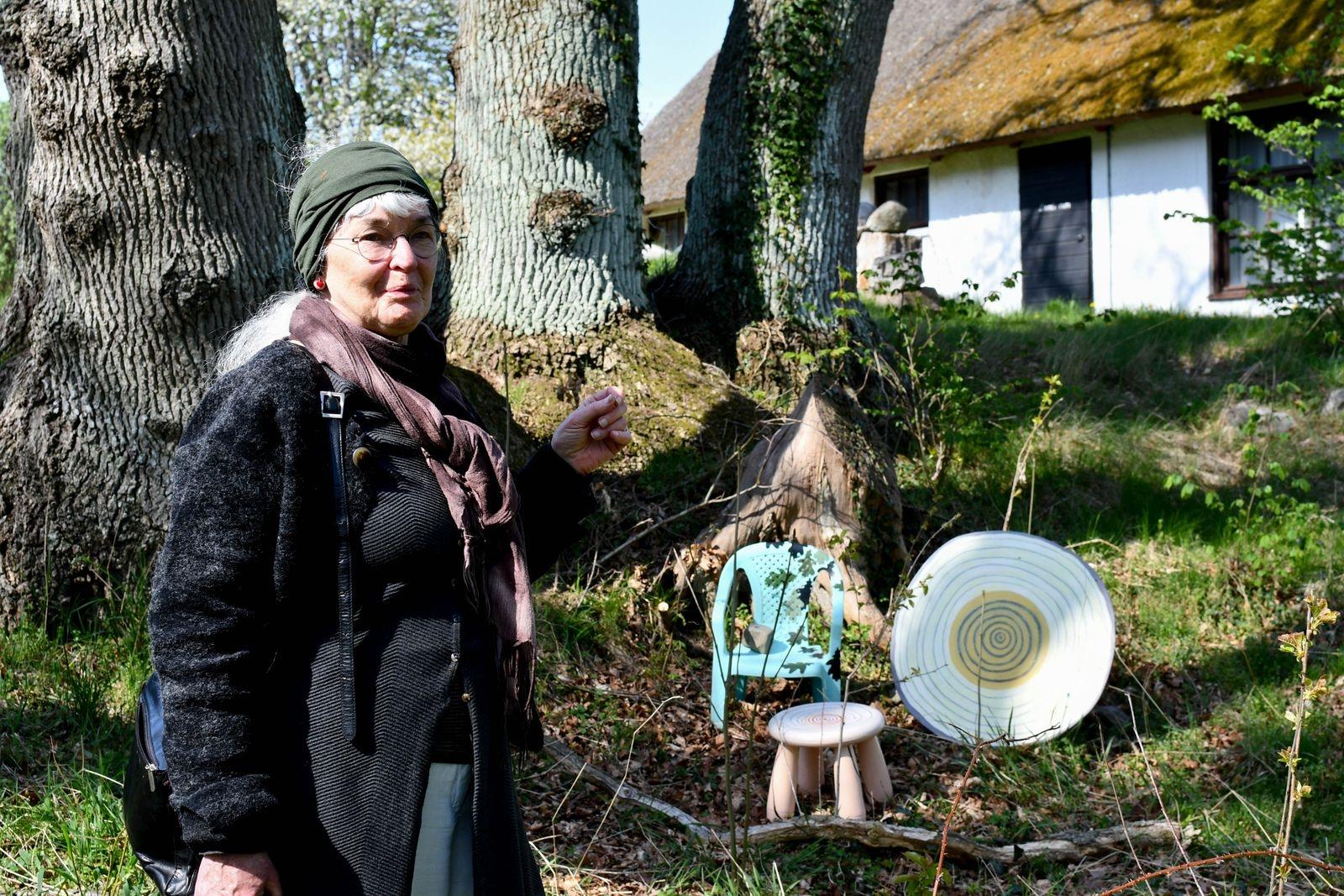 """Carin Persson Åström har hämtat inspiration från trädens årsringar i sitt verk """"Ekarna på Tjörnedala"""". """"Jag kände mig liten under träden och ett barndomsminne växte fram."""""""