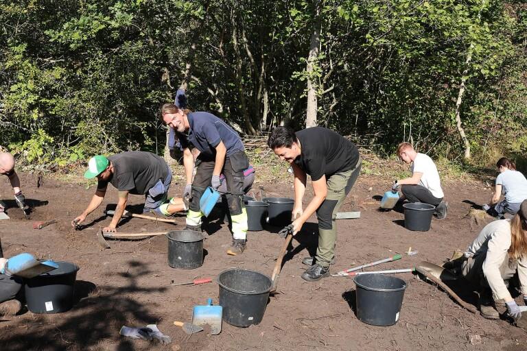 Lektor Ludvig Papmehl-Dufay leder studentgrävningarna i Gamla Skogsby och Lina Drott (i mitten) ansvarar för kommunikation och information.