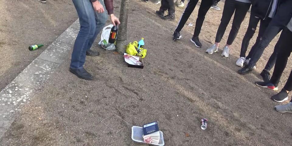Koranen har placerats på en grill för att eldas upp. En aktion med Rasmus Paludan på plats. En sekvens ur en film på YouTube.