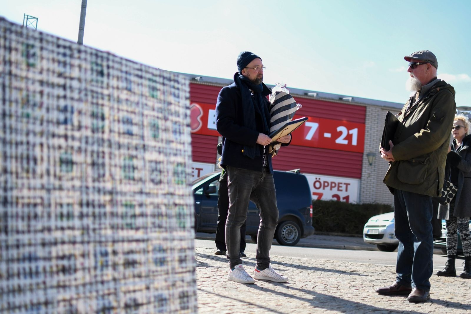 Adrian Room i samspråk med Bertil Arkrans, stiftelsens stipendieansvarig.