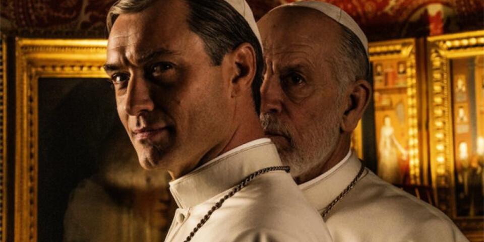 """Jude Law och John Malkovich spelar påvar i """"The new pope"""" som snart börjar visas på C More. Pressbild."""