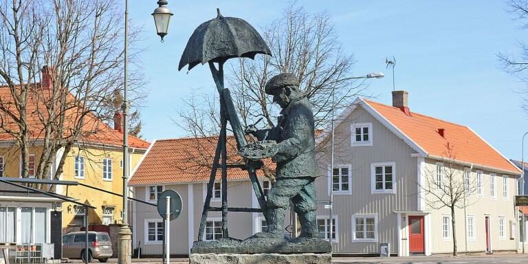 Jörgen Hammars staty av Per Ekström på torget i Mörbylånga. Nu samlar Per Ekström-sällskapet in pengar för nygjutning av en byst.