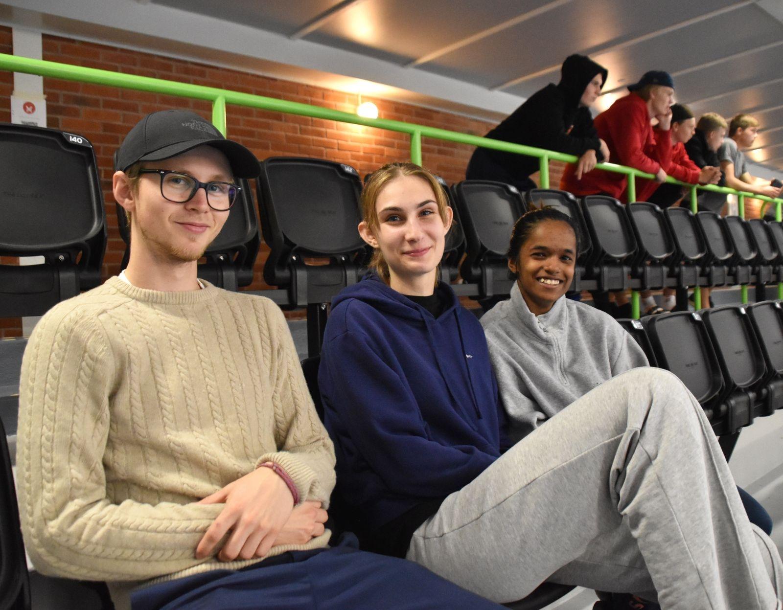 När de inte själva tävlade satt Rasmus Nyström, Lili Kis och Ankita Poppen på läktaren och följde med spänning mästerskapet.
