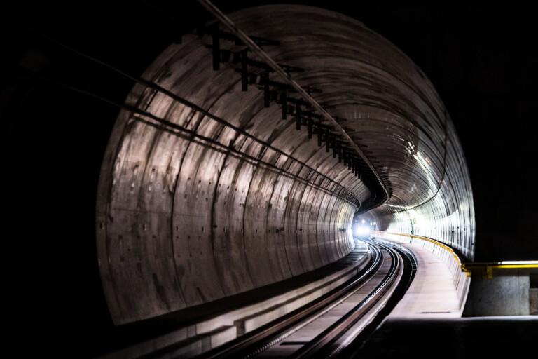 Ett tåg provkör den cirka 15 kilometer långa Ceneribastunneln.