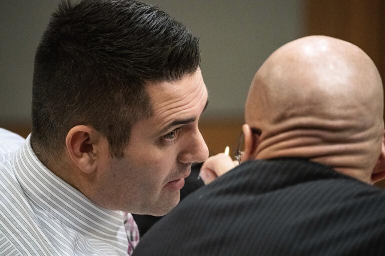 Den dömde tandläkaren i samspråk med sin advokat under rättegången i domstolen i Alaska. Bilden är från i december i fjol.