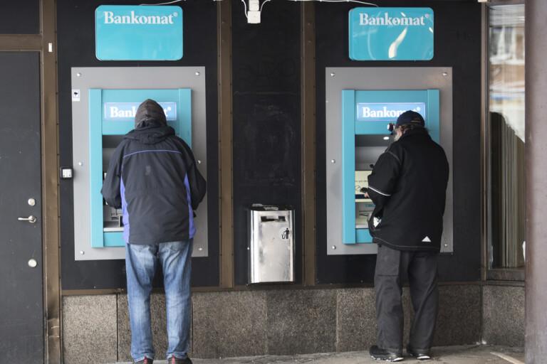 Svenskarnas kontantuttag minskar – igen