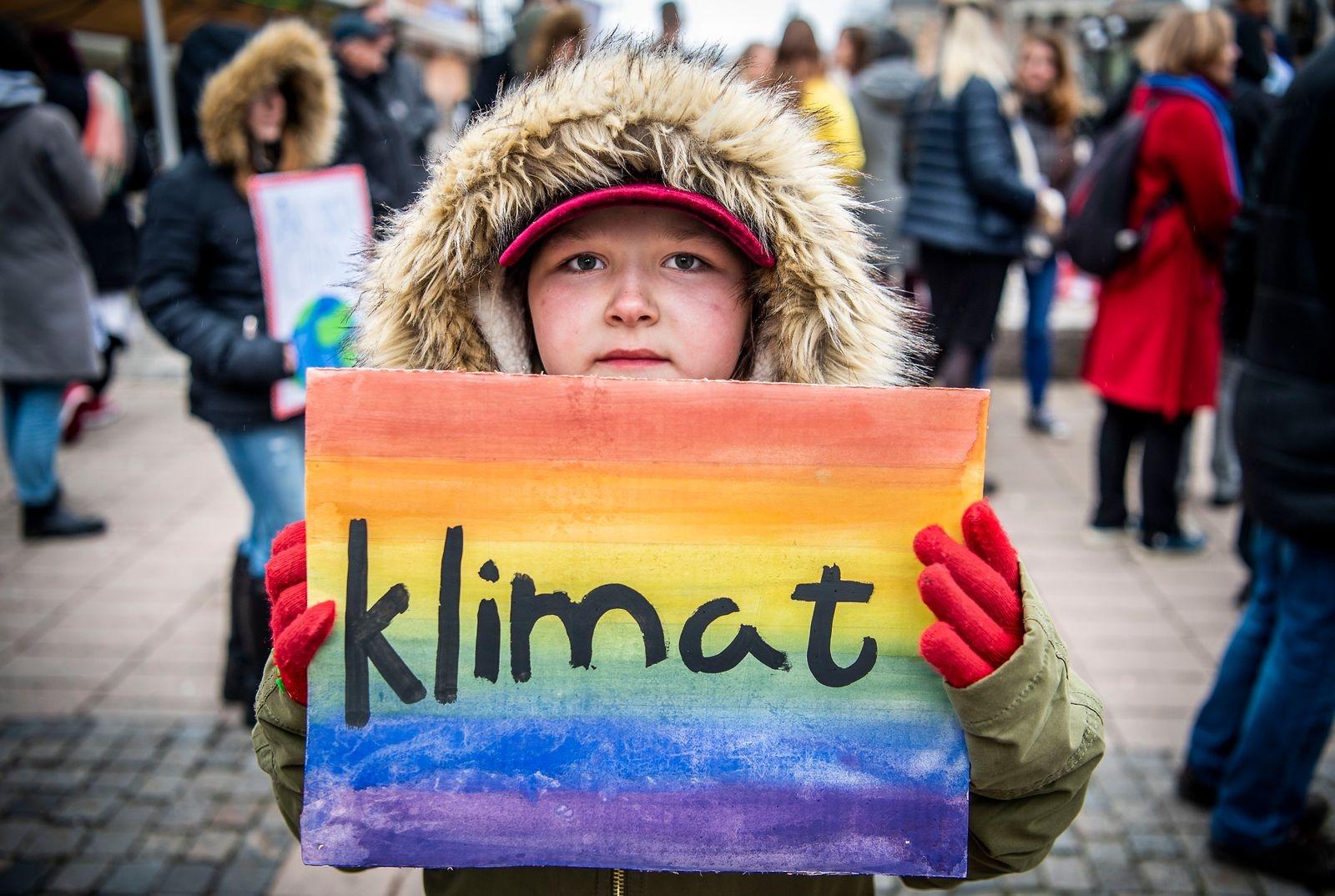 Nioåriga Evelyn Svensson som har gjort sin skylt själv demonstrerar för klimatet.