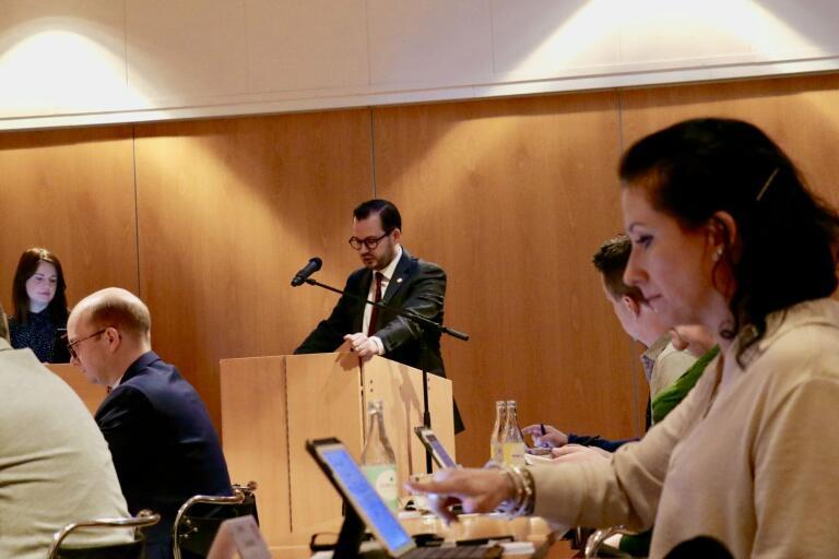 Bäckström Johansson (SD) var flitig i talarstolen under kvällen. Han var överens med Lena Granath (V) om satsningar i spåren av corona. Åsikterna om tiggeriförbud gick däremot isär.