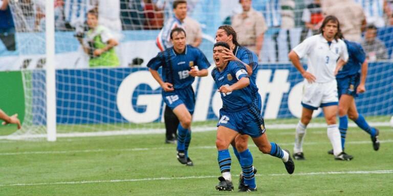 Tisdag den 21 juni 1994. Diego Maradona har just gjort 3–0 mot Grekland i VM 1994. Han har gjort det efter fint samspel med Fernando Redondo (närmast bakom) och tremålsskytten Gabriel Batistuta (skymd). Det blev Maradonas sista VM-mål. Några dagar senare åkte han fast för dopning.