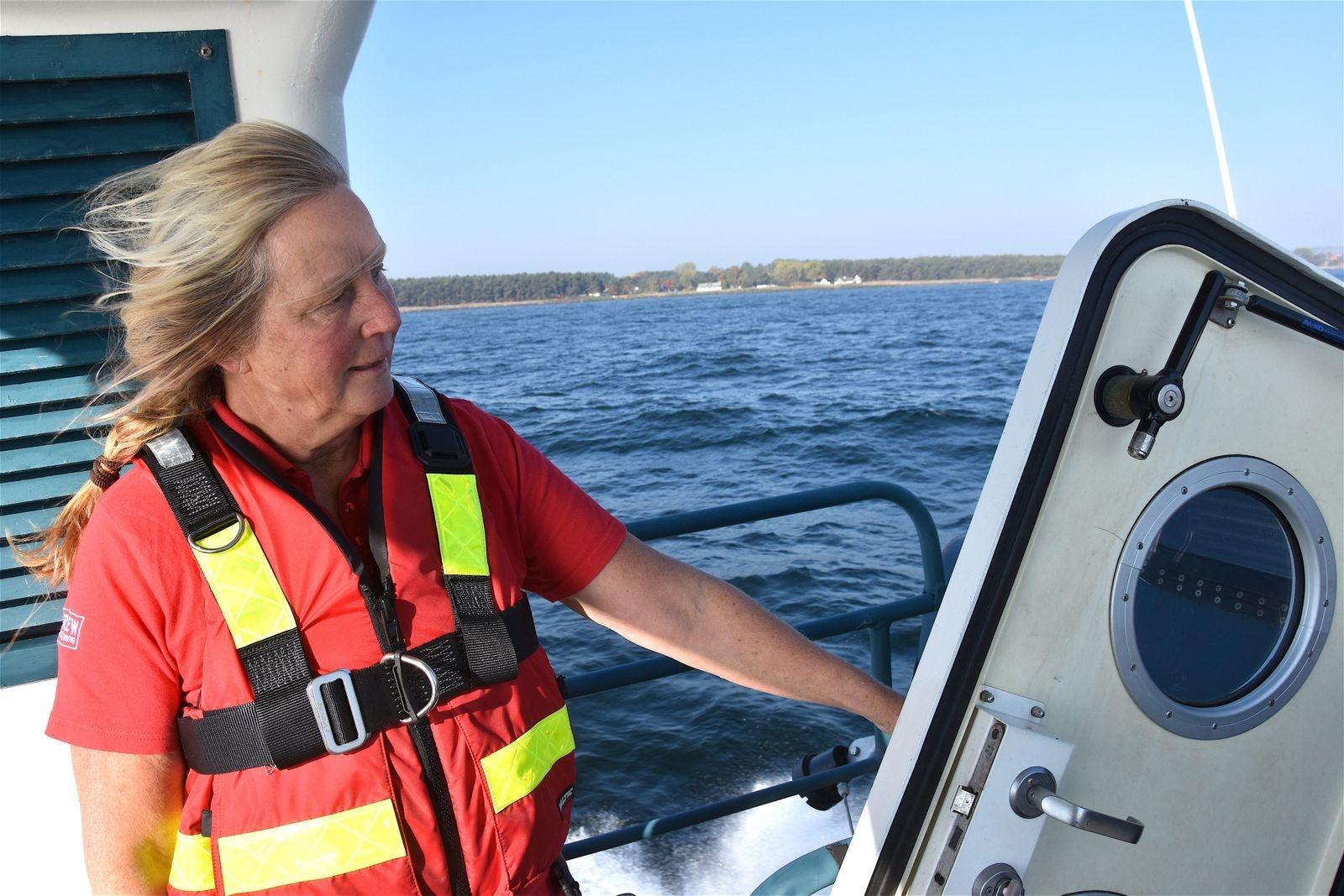 Vinden sliter i Anna Aggers hår ombord på räddningsbåten Gad Rausing. Hon bor och driver verksamhet i Örnahusen och har haft fritidsbåt i många år. För ett och ett halvt år sedan bestämde hon sig för att engagera sig aktivt i Sjöräddningssällskapet.